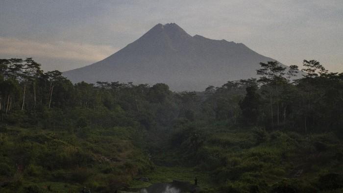 Puncak Gunung Merapi terlihat dari Sungai Gendol, Bronggang, Cangkringan, Sleman, DI Yogyakarta, Minggu (3/5/2020). Menurut laporan Balai Penyelidikan dan Pengembangan Teknologi Kebencanaan Geologi (BPPTKG) Yogyakarta pada tanggal 24 - 30 April 2020 aktivitas Gunung Merapi masih cukup tinggi tercatat 10 kali gempa hembusan, 47 kali gempa fase banyak, 16 kali gempa guguran dan 8 kali gempa tektonik dengan potensi bahaya berupa awan panas dari runtuhnya kubah lava jika terjadi letusan eksplosif. ANTARA FOTO/Hendra Nurdiyansyah/foc.