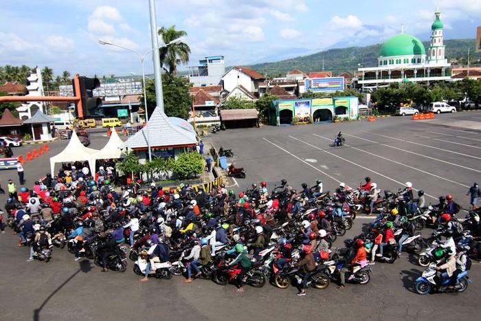 Pemudik asal Bali turun dari kapal di Pelabuhan Ketapang Banyuwangi, Minggu (3/5/2020). Pemudik tujuan pulau Jawa itu sebelumnya tertahan dan menumpuk di Pelabuhan Gilimanuk, Bali sejak Sabtu (2/5) dan mulai berdatangan di Banyuwangi setelah pembatasan penyeberangan penumpang dan kendaraan umum dibuka sementara. ANTARA FOTO/Budi Candra Setya/foc.