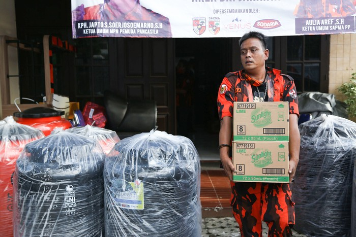 Organisasi Masyarakat Pemuda Pancasila bersama Indika Fondation menyerahkan bantuan sembako dan alat medis kepada relawan gugus tugas cabang Majelis Pimpinan Cabang Pemuda Pancasila Kota Tangerang Selatan di kantor MPN PP, Jakarta, Minggu (3/5).