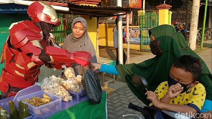 Gegara pandemi Corona, Iron Man jualan takjil di Cirebon