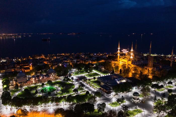 Jalan-jalan di Istanbul, Turki, kosong akibat kebijakan lockdown di akhir pekan. Begini potret keindahan Istanbul pada malam hari di lihat dari udara.