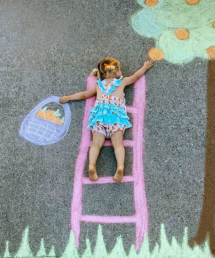 Seorang ibu yang mempunyai hobi fotografi dan menggambar membuat karya yang luar biasa untuk bermain bersama anak-anaknya di tengah karantina pandemi COVID-19.