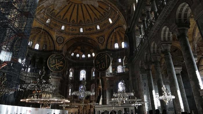 Hagia Sophia adalah salah satu landmark kota Istanbul, Turki. Kondisi bangunan yang pernah menjadi gereja, masjid dan museum itu kini sunyi dan sepi di tengah COVID-19 melanda Turki. Ini potretnya.