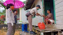 Rasa Haru Pegawai KKP Saat Beri Nasi Ikan ke Warga Terdampak Pandemi