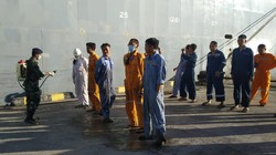 Cegah Corona, Lanal Tolitoli Semprot Disinfektan Kapal-ABK yang Sandar
