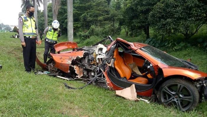 Penampakan supercar McLaren yang ringsek di tol Jagorawi