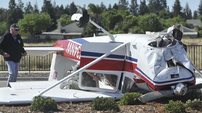 Sebuah pesawat kecil jenis Cessna mengalami kecelakaan di Fresno, California, AS, Sabtu (2/5) waktu setempat. Begini kondisinya.