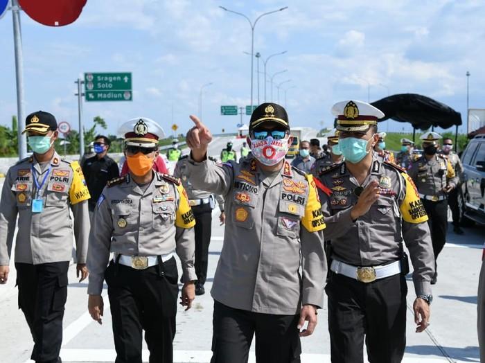 Kakorlantas Polri Irjen Pol Istiono ikut turun langsung meninjau operasi ketupat 2020 dan melihat penyekatan kendaraan bagi para pemudik yang tetap nekat.