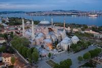 Karena sejarah dan keunikannya itu, Hagia Sophia ditetapkan pula sebagai Warisan Dunia UNESCO. Seiring berjalannya waktu, Hagia Sophia juga menjadi salah satu tempat wisata yang populer dikunjungi wisatawan di Istanbul. (Foto: Getty Images/Chris McGrath)