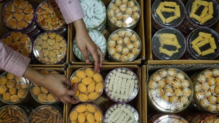 Pedagang kue kering menata dagangannya di kawasan Pasar Besar, Palangkaraya, Kalimantan Tengah, Sabtu (2/5/2020). Pedagang setempat mengatakan penjualan kue kering lebaran mengalami kenaikan hingga 30 persen saat memasuki pekan kedua bulan Ramadhan 1441 H dan berharap akan terus meningkat sampai mendekati lebaran mendatang. ANTARA FOTO/Makna Zaezar/wsj.
