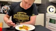 Puasa Sekitar 20 Jam, Bule Finlandia Ini Sahur Mie Instan Plus Cabai Bubuk
