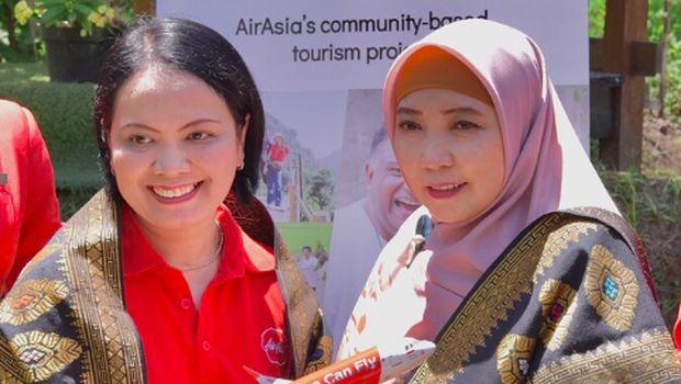 Direktur Utama AirAsia Indonesia Veranita Yosephine Sinaga (kiri) menyerahkan miniatur pesawat AirAsia kepada Wakil Gubernur Nusa Tenggara Barat Hj. Sitti Rohmi Djalillah (kanan)/Doc.AirAsia