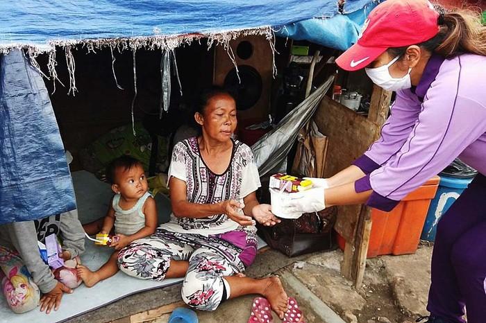 Dharma Pertiwi TNI dan IKKT Paspampres menggelar aksi kemanusiaan dengan membagikan makanan berbuka puasa kepada masyarakat miskin kota.