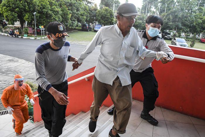 GOR Ciracas di Jakarta Timur dialihfungsikan menjadi tempat penampungan sementara tunawisma. Berikut penampakannya.