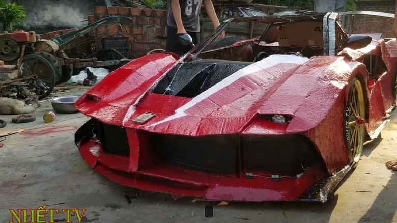 Replika Ferrari dari kardus