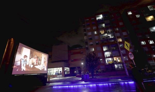 Mereka menawarkan pertunjukan film Al Fresco setiap hari saat senja di layar raksasa, yang dapat ditonton warga Bogota dari balkon atau jendela mereka.