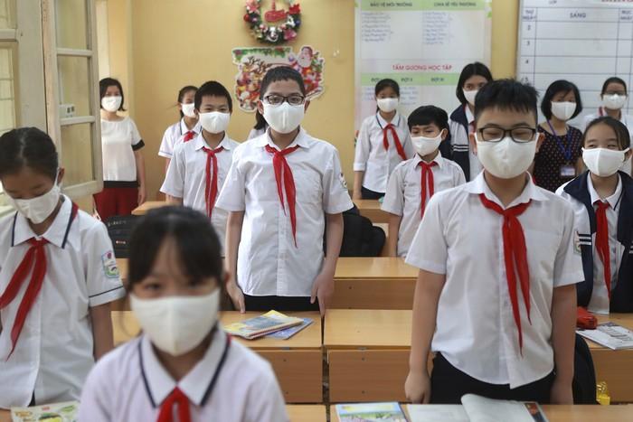 Jutaan anak-anak di Vietnam kembali bersekolah, Senin (4/5). Sekolah-sekolah dibuka setelah otoritas Vietnam melaporkan nol kasus penularan virus Corona.