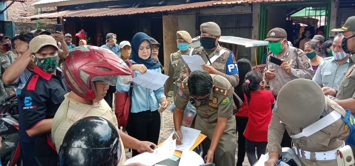 Warga yang tidak menggunakan masker di data oleh petugas Satpol PP Kota Medan. (Foto: Ahmad Arfah/detikcom)