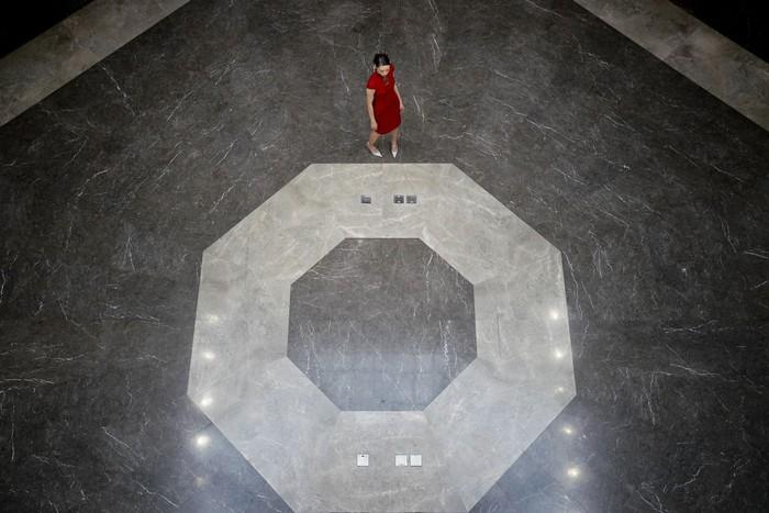 Peragaan busana China Fashion Week 2020 diselenggarakan di Beijing. Guna cegah penyebaran virus  Corona, acara itu digelar tanpa penonton.