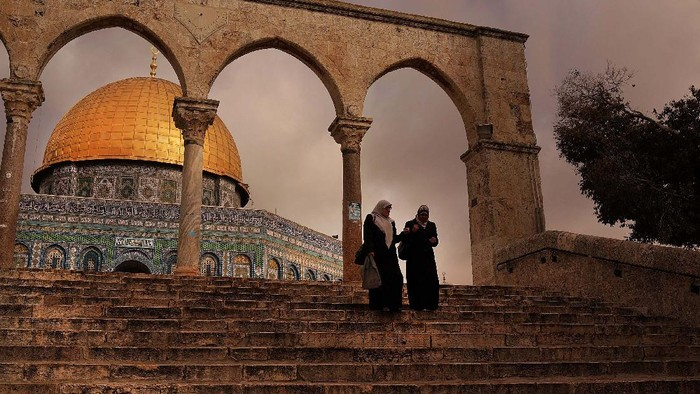 Masjid Al-Aqsa, Kiblat Suci Umat Islam yang Pertama  Masjid Al-Aqsa di Palestina ditutup akibat wabah Corona. Yuk kita lihat masjid yang pernah menjadi kiblat suci umat Islam yang pertama itu.
