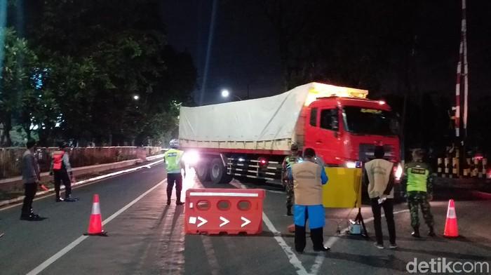 Blokir Jalan Total, Jam Malam PSBB di Sidoarjo Serasa Lockdown