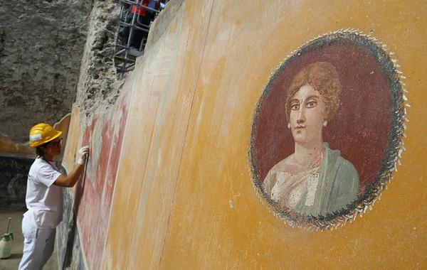 Pompeii pun jadi situs sejarah bernilai tinggi bagi peneliti Romawi. Sudah banyak jasad ditemukan di Pompeii. Mereka menjadi korban ketika kotanya musnah seketika, ditelan awan panas yang menyapu dan mengubur Pompeii di bawah abu vulkanik setebal lima meter.Carlo Hermann/KONTROLAB/ /LightRocket via Getty Images.