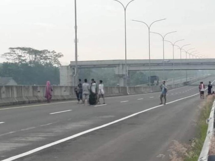 Bocah main-main di Tol Pemalang-Batang, Senin (4/5/2020).