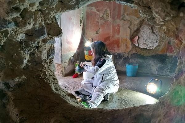 Di Pompeii, industri hiburan dan seksberdenyut kencang. Seperti sebutannya sebagai surga dunia, kehidupan warga di kota kuno itu kerap digambarkan sebagai kehidupan yang bebas dan penuh dengan pesta pora. Fakta, legenda, dan mitos bercampur baur saat berbicara tentang Kota Pompeii yang menjadi salah satu situs warisan dunia UNESCO. Alexandria Sage/AFP via Getty Images