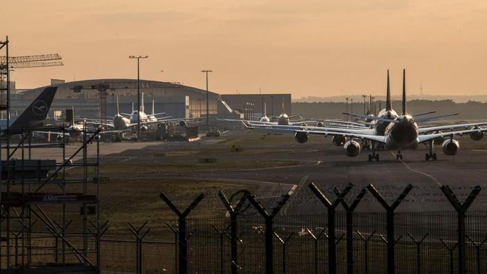 Pandemi COVID-19 berdampak dahsyat terhadap industri penerbangan. Wabah itu berdampak ke bisnis maskapai penerbangan di seluruh dunia yang terkapar dan kalut.