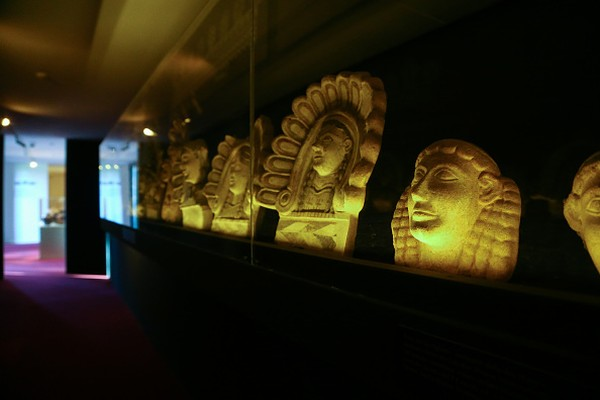 Penjelmaan kesenangan duniawi tak sulit ditemukan di sisa-sisa peninggalan reruntuhan kota itu. Kehidupan warganya yang kental dengan pesta pora dan seks dapat dilihat dari beragam karya seni mulai pahatan dinding hingga patung. Bahkan, phallus jadi simbol keberuntungan masyarakat Pompeii. LightRocket via Getty Images/KONTROLAB.