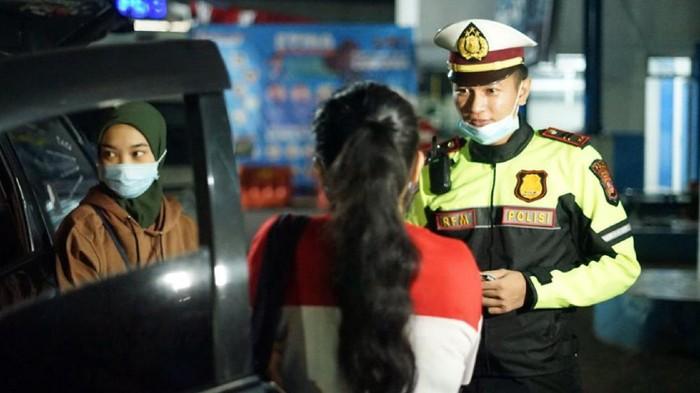 Polisi tilang kendaraan yang bawa pemudik