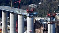 Desain jembatan baru tidak menggunakan kabel baja sama sekali. Mereka menggunakan balok baja ramping yang ditopang 18 pilar beton bertulang, berjarak 48 meter kecuali tiga tiang utama, di mana celah melebar hingga 97,5 meter karena terdapat sungai dan kereta api.