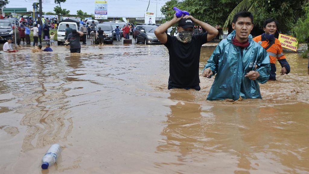 Banjir Putuskan Lalu Lintas di Grogol