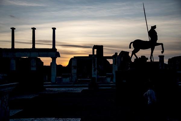 Pesatnya industri seks di Kota Pompeii bukan terjadi begitu saja. Menurut Arkeolog salah satu faktor yang membuat Pompeii menjadi surga bagi pesta pora dan seks karena 80 persen penduduk Pompeii berasal dari kalangan menengah ke bawah yang mudah tergiur pada gelimang uang. Selain itu seks kerap kali dijadikan sebagai mata uang Romawi Kuno. Ivan Romano/Getty Images.