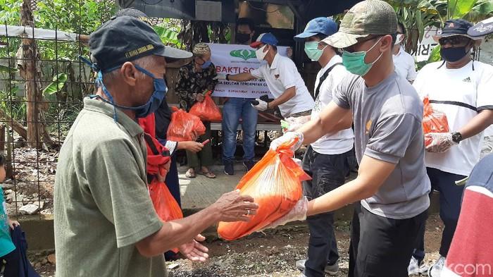 Penyerahan bantuan sembako kepada warga