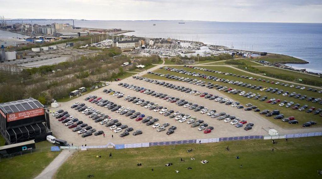 Pandemi Corona, Warga Denmark Ramai-ramai Nonton Konser dari Mobil