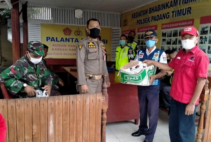 Personel di Pos Operasi Ketupat Singgalang 2020 Sumatera Barat dan sejumlah Polsek di Kota Padang yang jadi Pos Penjagaan Siaga COVID-19, menerima bantuan nasi bungkus untuk berbuka puasa.