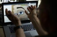 Dosen seni di Penn State York masih tetap menjalankan profesinya meski harus melalui layar laptop bagaimana caranya?