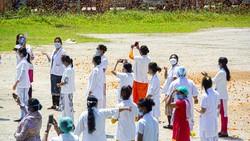 Pemerintah India punya cara unik untuk memberikan apresiasi kepada para tenaga medis. Salah satunya dengan menebarkan beragam bunga dari udara.