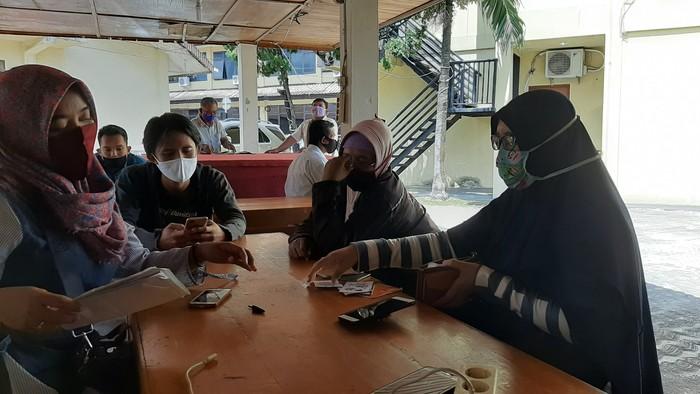 Sejumlah warga melapor ke Polda Sumsel terkait dugaan penipuan sembako murah (Raja Adil-detikcom)