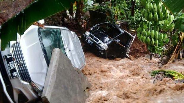 Mobil hanyut diterjang banjir di Cilegon