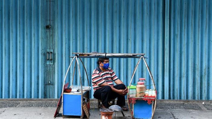 Seorang penjual kerak telur menunggu pembeli di kawasan Pasar Baru, Jakarta, Minggu (3/5/2020). Presiden Joko Widodo meminta pemerintah daerah menyiapkan progran stimulus ekonomi bagi pelaku usaha yang terdampak pandemi COVID-19 bukan hanya bagi hanya usaha kecil, menengah dan besar saja tapi juga usaha mikro dan ultra mikro agar masyarakat tetap sejahtera. ANTARA FOTO/M Risyal Hidayat/aww.