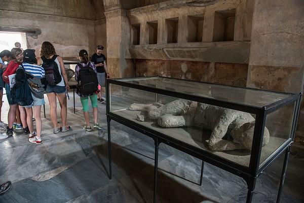 Barang-barang temuan di reruntuhan Pompeii menunjukkan bagaimana seks menjadi napas kota itu. Beberapa artefak hasil galian sejak abad ke-18 menunjukkan karya seni Pompeii kerap berbau birahi. Giorgio Cosulich/Getty Images.