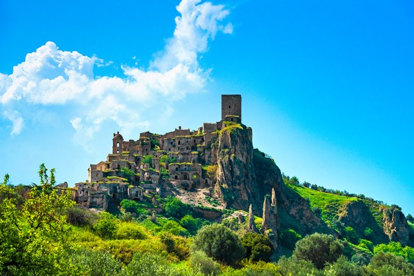 Craco berada di daerah Basilicata, Provinsi Matera, selatan Italia dan terkenal dengan julukan Kota Kematian. (Getty Images/iStockphoto)