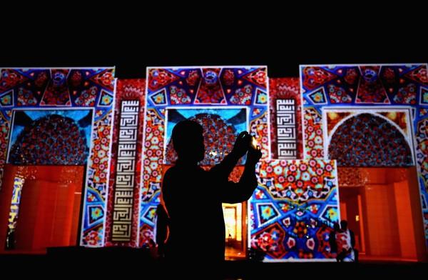 Arsitek lokal, AJ Design membuat desain labirin dari rangkaian kaligrafi di menara masjid.