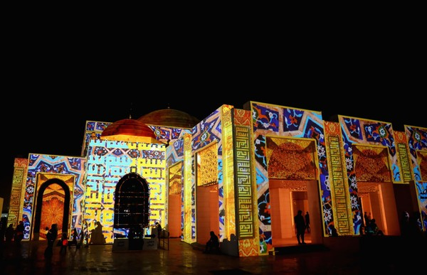 Jika tertarik ke Masjid Aminah, bisa menggunakan bus dengan waktu tempuh sekitar 3 jam dari ibu kota Abu Dhabi.
