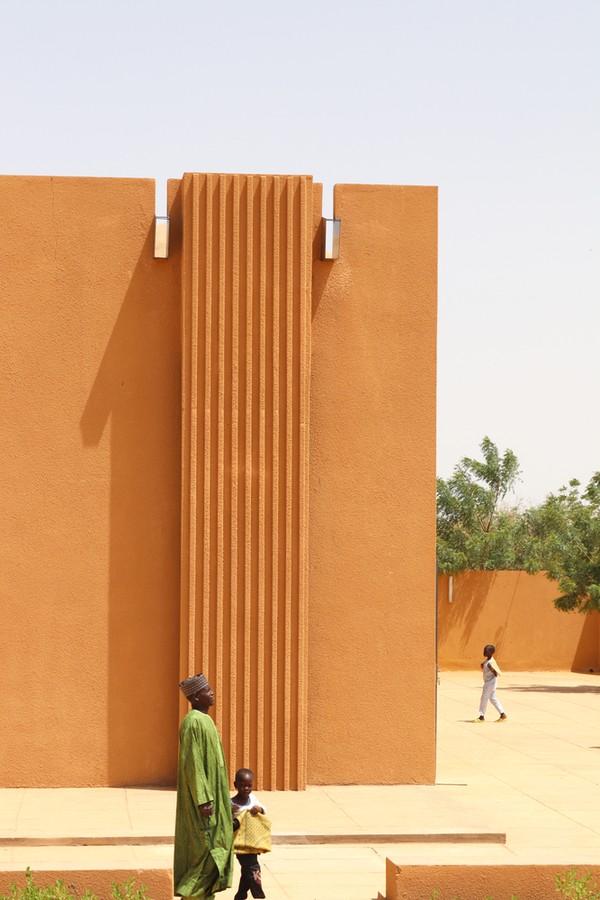 Selain itu, bangunan masjid ini juga dilengkapi dengan saluran irigasi yang dibangun di sekitar masjid guna mengantisipasi terjadinya banjir. Istimewa/Dok. Mariama Kah via Archdaily.