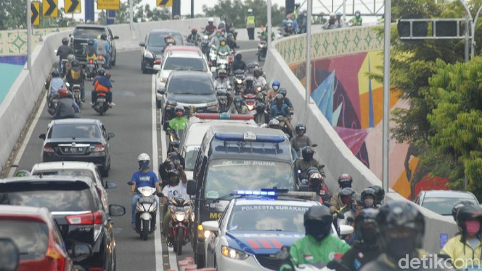 Iring-ringan mobil ambulans yang membawa jenazah Penyanyi Didi Kempot melintas di kawasan Manahan, Solo, Jawa Tengah, Selasa (5/5/2020).