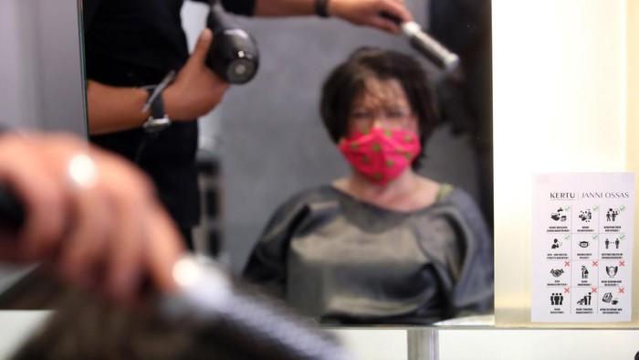 Sejumlah negara telah melonggarkan dan membuka lockdown. Salon hingga barber shop buka kembali dengan tetap menerapkan pemakaian masker dan jaga jarak.