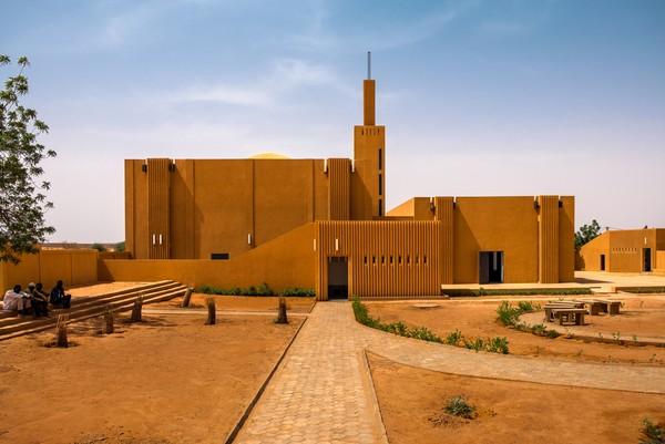 Masjid Dandaji berada di kawasan Dandaji, Republik Niger. Dilansir dari CNN Indonesia, masjid ini dibangun sebagai pengganti masjid lama yang direnovasi sebagai perpustakaan. Tak ada kubah yang biasa menjadi ciri khas dalam pembuatan rumah ibadah umat islam ini pada umumnya. Istimewa/Dok. James Wang via Archdaily.